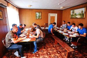 Болельщики накормили супом голодающих футболистов российского клуба