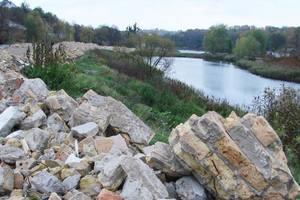 Скандал на Совских прудах в Киеве: как выглядит водоем, заваленный тоннами мусора