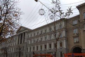 Праздник к нам приходит: центр Киева уже украшают гирляндами