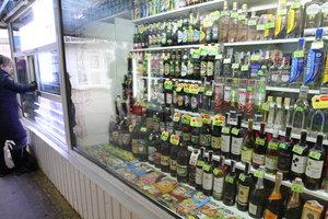 Алкоголь в киевских киосках: торговцы прячут товар с витрин и кивают на владельцев