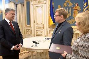 Порошенко вручил ключи от квартиры освобожденному из плена Герою Украины