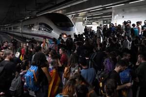 В Барселоне протестующие блокируют железнодорожную станцию