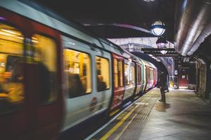В лондонском метро сняли на видео голого танцора (18+)