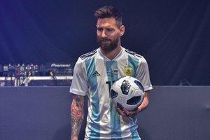 Лео Месси показал официальный мяч чемпионата мира 2018 года