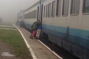 На Закарпатье пассажиры были вынуждены толкать поезд