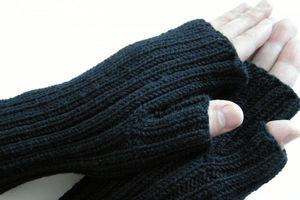 Женщина-инвалид связала тысячу специальных перчаток для бойцов АТО (видео)
