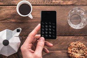 Японцы запустили в продажу самый крошечный смартфон