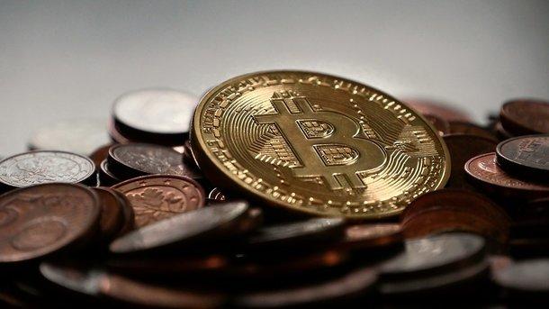 Обновивший всреду исторический максимум курс биткоина рухнул практически  на30 процентов