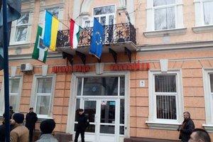 Пытались сжечь: Венгрия ждет реакции Киева на инцидент с их флагом