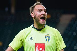 Игрока сборной Швеции побрили налысо в честь выхода на ЧМ-2018