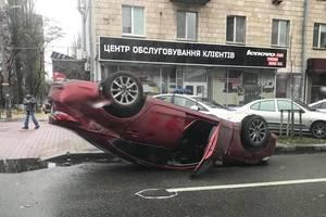 В центре Киева новенькая Mazda перевернулась на крышу