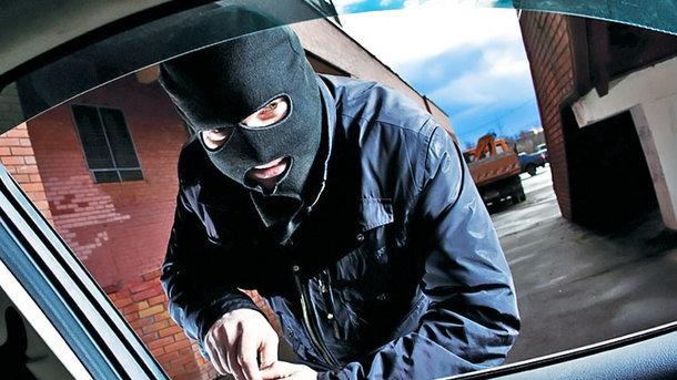 В Житомире горе-угонщика поймали спящим в краденном авто