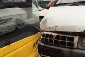 В Киеве спешащий водитель устроил аварию с грузовиком и троллейбусом