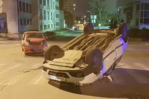 В Киеве произошло серьезное ДТП: авто перевернулось на крышу
