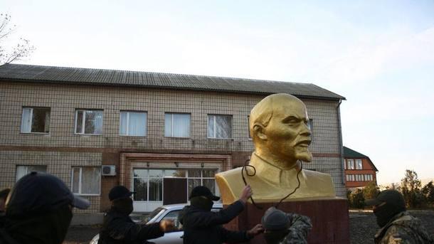Активисты свалили бюст Ленина