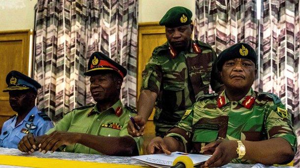 Армия Зимбабве «взяла под охрану» президента Роберта Мугабе