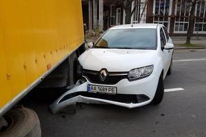 В Киеве грузовик с отказавшими тормозами врезался в легковушки