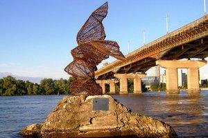 Прогулка около Наводницкого парка в Киеве: ладья с основателями Киева, мистическая птица и камень ООН