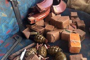 В Бахмуте патрульные остановили автомобиль с патронами и гранатами