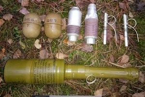 На Волыни в лесу нашли спрятанное оружие и боеприпасы