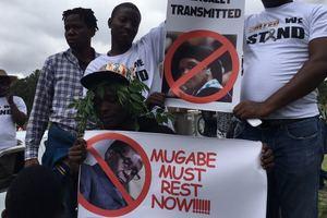 """""""Мугабе должен уйти!"""": в Зимбабве десятки тысяч людей вышли на уличные протесты"""