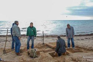 На пляже в оккупированной Евпатории нашли древнюю могилу