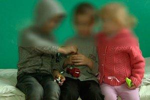 Грязные и голодные: в Житомирской области горе-мать на два дня оставила без присмотра троих детей