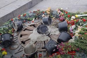 В Киеве вандалы снова залили бетоном Вечный огонь и воткнули в него крест