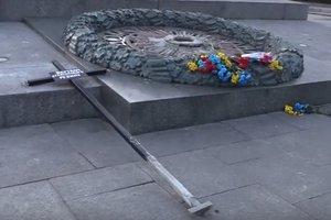 Бетон и крест: полиция опубликовала видео с вандальной акции в центре Киева