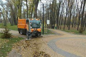В парках Киева листву подметают пылесосами