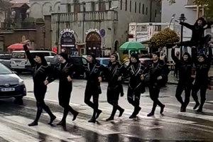 """""""Вот как надо переходить дорогу"""", - соцсети покорило видео с грузинскими танцорами"""