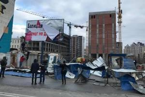 На месте скандальной стройки на Сенном рынке в Киеве снова снесли забор