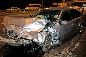 На въезде в Киев - масштабная авария: на дороге валяются обломки авто и обувь