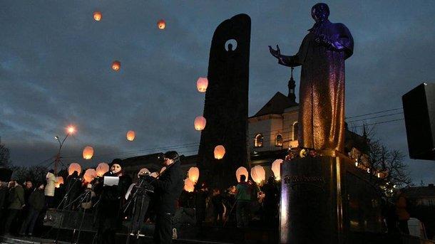 4822c1e4f438 Во Львове сотни людей собрались возле памятника Тарасу Шевченко, чтобы  отметить День Достоинства и Свободы, а также почтить четвертую годовщину  Революции ...