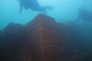 На дне турецкого озера нашли огромный замок: появилось видео