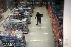 Видеошок: полицейский с сыном на руках ликвидировал грабителей