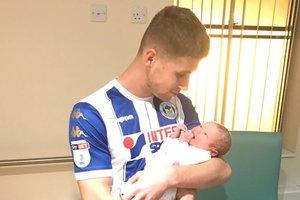 В Англии футболист забил два гола и прямо с поля в форме поехал в роддом на рождение сына