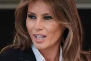 В кожаной юбке и пальто за 1600 долларов: образ Мелании Трамп на празднике в Белом доме