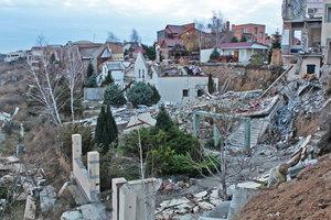 """""""Ночью мы слышали, как дом опускался вниз"""": под Одессой """"сползла"""" дорога и ряд шикарных коттеджей"""