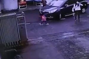 В Китае мать увлеклась кофе и не заметила, как ее дочь переехала машина (видео 18+)