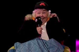 Резвая бабушка спела вместе с чернокожим рэпером