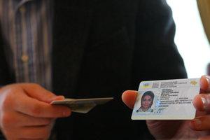 Первые водительские права начнут выдавать на два года