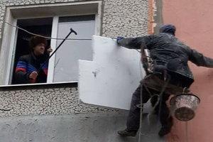 В Запорожье разъяренный пенсионер грозился сбросить рабочих-высотников
