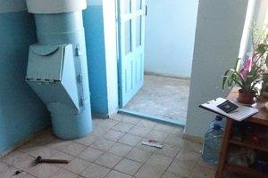 В Киеве мужчина внезапно набросился на соседа с ножом и молотком