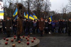 Порошенко и Гройсман почтили память жертв Голодомора: опубликованы фото