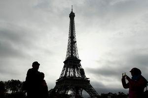 Эйфелева башня погасит подсветку в память о жертвах теракта в Египте