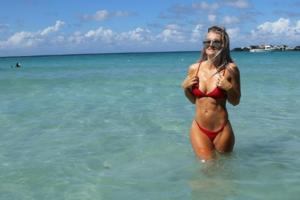 Канадская футболистка отдыхает у бассейна в прозрачном купальнике