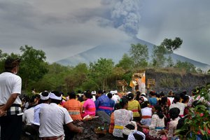 Вулкан на Бали продолжает бушевать