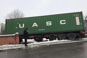 Возле Львова грузовик протаранил забор и въехал в жилой дом