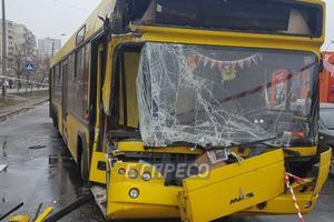 В Киеве автобус с пассажирами врезался в грузовик, есть пострадавшие